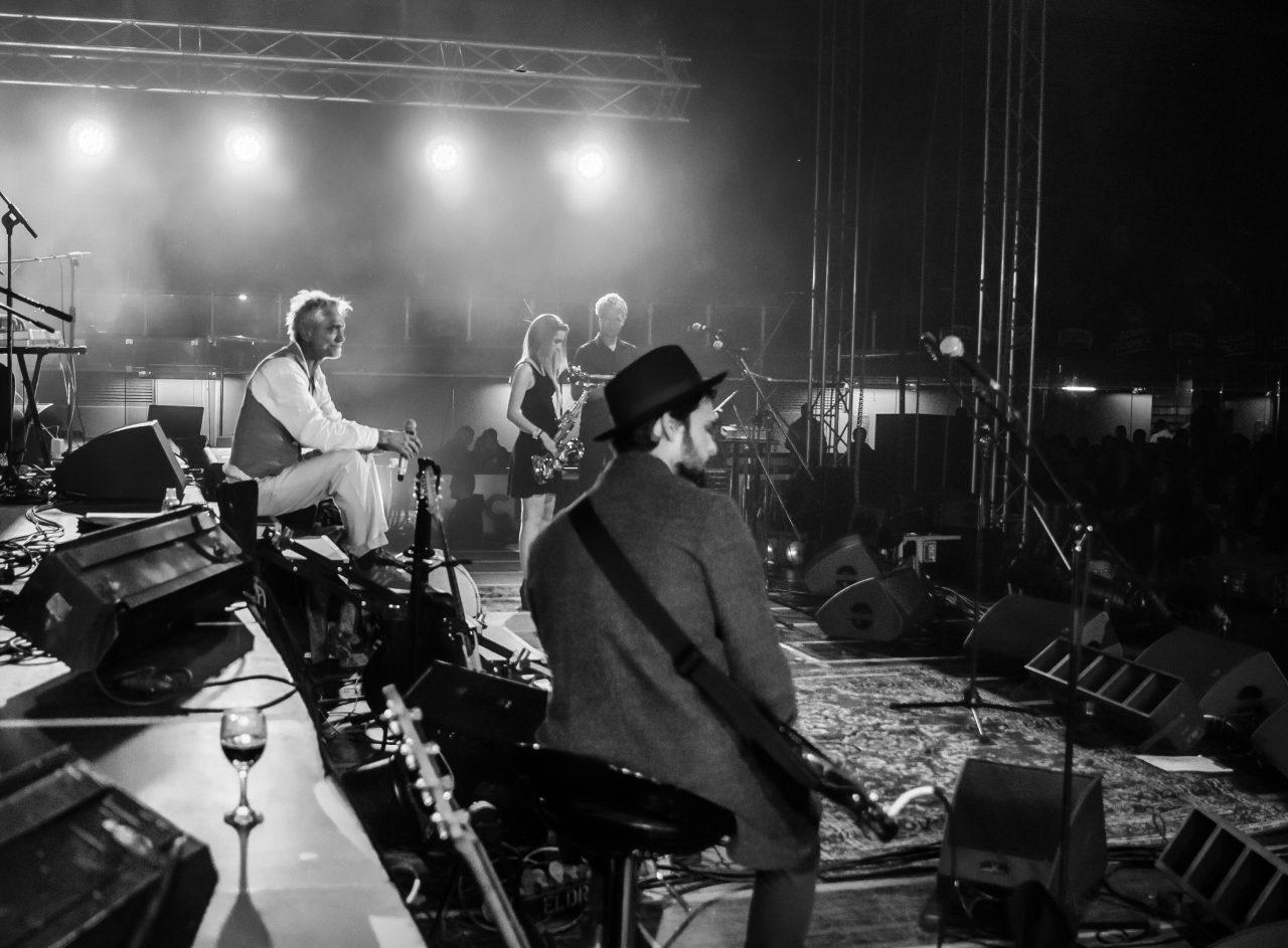 Tko su svi ti ljudi? – pitaju Darko Rundek i Ekipa novim singlom